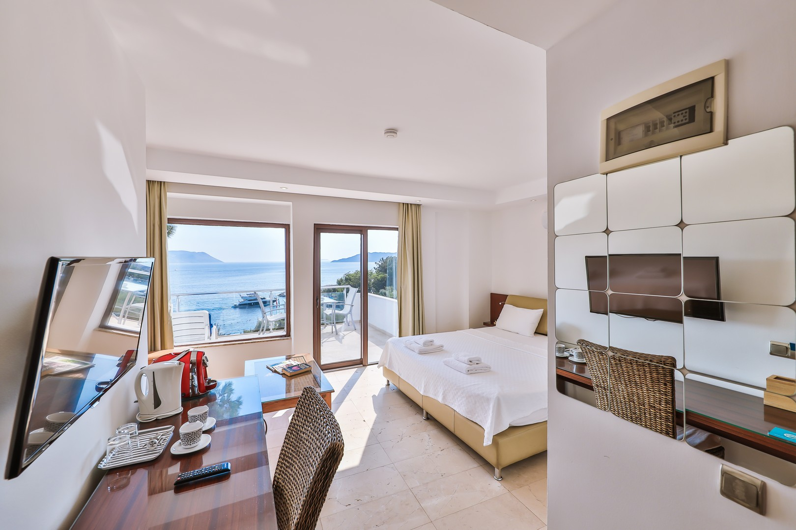 Junior Suite with Terrace & Sea View